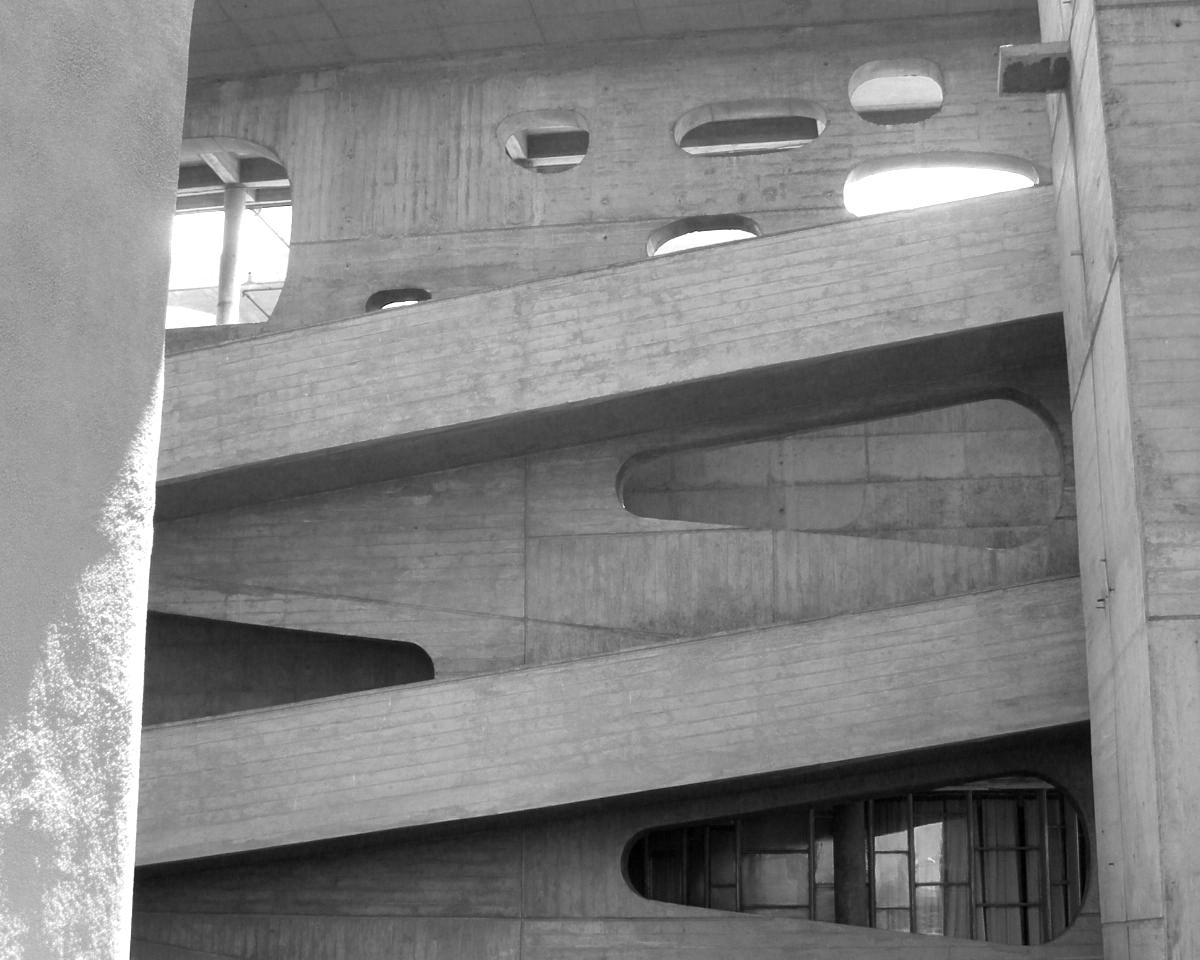 Fotografía de rampa del edificio del Tribunal Superior de Chandigarh, obra del arquitecto Le Corbusier. Autoría eCapa